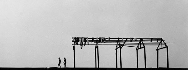 Harold Feinstein, « Two boys on pier, 1950 ». Courtesy Galerie Thierry Bigaignon