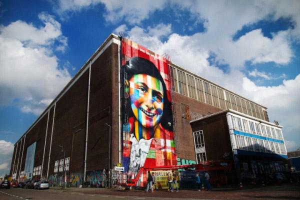 Eduardo Cobra à l'extérieur du futur musée de street-art d'Amsterdam © Marco Buddingh